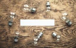 Ampoules avec le papier vide pour votre texte Inspiration et créativité image libre de droits