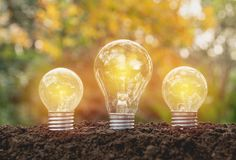 Ampoules avec rougeoyer Idée, créativité et énergie solaire concentrées Photo libre de droits