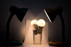 Ampoules blanches dans une lampe lumineuse par verre Photo stock
