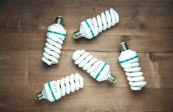 Ampoules ?conomiseuses d'?nergie sur le fond en bois photos stock
