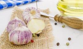 Ampoules d'ail et ingrédients de cuisson Photo stock