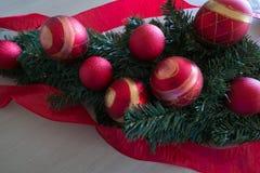 Ampoules d'arbre de Noël avec le ruban rouge Photographie stock libre de droits