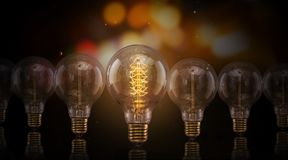 Ampoules d'Edison de vintage sur le fond foncé photographie stock