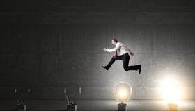 Ampoules d'homme et d'idée Photographie stock