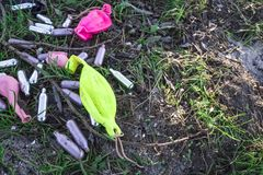 Ampoules et ballons en métal pour le gaz hilarant, sur le champ d'herbe image stock