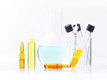 Ampoules médicales et seringue d'isolement sur le fond blanc Images stock