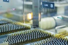Ampoules sur la chaîne de production Image libre de droits
