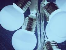 Ampoules sur le fond bleu-foncé Photos stock