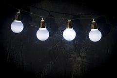Ampoules sur le fond bleu-foncé Image stock