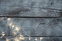 Ampoules sur le fond en bois clair images libres de droits