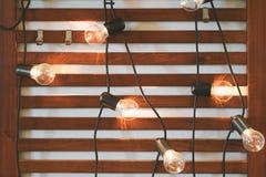 Ampoules sur le fond en bois photo libre de droits