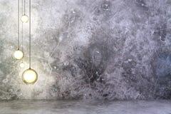 Ampoules sur le mur en béton avec le plancher en béton Photo stock