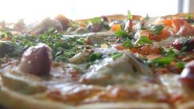 Ampuła świeżo piec pizzę zamknięty widok, z którym parowy jest tam Wyśmienicie pizza z pomidorem, zielenie, Bawarskie zbiory