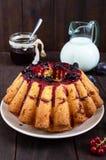 Ampuła świeżo piec tort z lato jagodami na ciemnym drewnianym stole Obrazy Stock