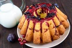 Ampuła świeżo piec tort z lato jagodami na ciemnym drewnianym stole Zdjęcia Royalty Free