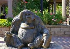 Ampuła brązowieje orangutan rzeźbę Zdjęcia Royalty Free