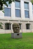 Ampuła dryluje Olmec kolosalną głowę na piedestale przed historii naturalnej muzeum, Waszyngton, DC, 2017 fotografia stock