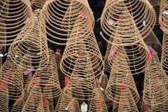 Ampuła kadzi zwitki pali wieszać od sufitu Wietnamska Buddyjska świątynia fotografia stock