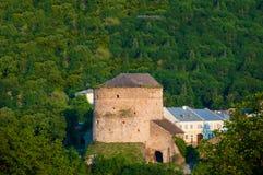 Ampuła kamienia wierza na tle zielony lasowy Stary forteca obraz stock