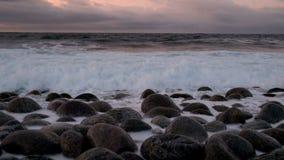 Ampuła macha bicie przeciw skałom w Północnym morzu zbiory