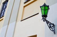 Ampuła odprasowywa kruszcową zieloną głownej ulicy lampę, zaświeca przeciw tłu kamienny stary budynek obrazy stock