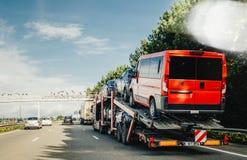 Ampuła przewozi samochodem niosący nowych Peugeot samochody dostawczych, samochody i obrazy stock