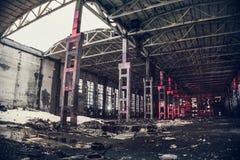 Ampuła pusty zaniechany magazynowy budynek lub fabryka warsztat, abstrakt rujnujemy tło obraz stock