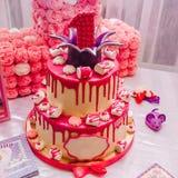 Ampuła różowi wielopoziomowego tort z jednostką na wierzchołku dla dziecka ` s urodziny Obraz Stock