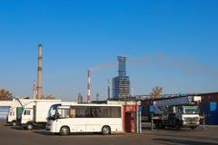 Ampuła soku otwarta ciężarówka przewozi samochodem, ciągniki, ciężarówki, autobusy, żurawie a zdjęcie royalty free
