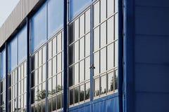 ampuła sporty powikłani duży błękitny budynek z wiele okno Zdjęcia Royalty Free