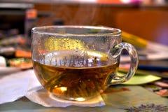 Ampuła, szklana filiżanka z bardzo gorącym chińczykiem, kwiecista, obszyta herbata, obrazy royalty free