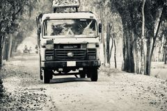 Ampuły ciężarówka biega na wiejskiej autostrady drodze obraz stock
