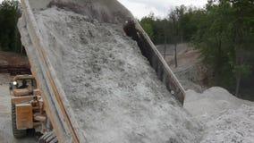 Ampuły ciężarówka Rozładowywa Wapienniczą skałę zdjęcie wideo