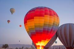Ampuły grupa gorące powietrze balony Cappadocia, Anatolia, Turcja obraz stock