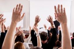 Ampuły grupa seminaryjna widownia w klasowym pokoju obraz royalty free