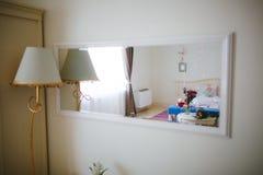 Ampuły lustro na białej ścianie Fotografia Stock