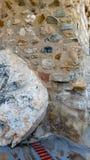 Ampuły skała budował w kamienną ścianę z krokami i terakotę do fotografia stock