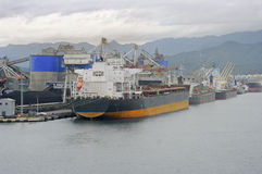 Ampuły statków freighters w ruchliwie portowym schronieniu obrazy stock