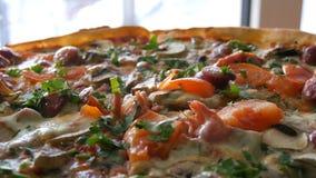 Ampu?a ?wie?o piec pizz? zamkni?ty widok, z kt?rym parowy jest tam Wy?mienicie pizza z pomidorem, zielenie, Bawarskie zdjęcie wideo