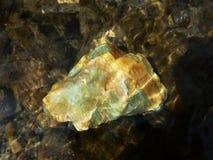 Ampuły zieleni kamienia fluoryt w wodzie Fotografia Royalty Free