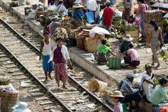 Ampuła rynek na stacyjnej platformie wzdłuż linii kolejowej i Obrazy Stock