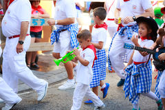 AMPUERO, ΙΣΠΑΝΙΑ - 10 ΣΕΠΤΕΜΒΡΊΟΥ: Τα μη αναγνωρισμένα μουσικά όργανα παιχνιδιών παιδιών ενώπιον του Bull τρέχουν στην οδό κατά τ Στοκ φωτογραφία με δικαίωμα ελεύθερης χρήσης
