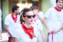 AMPUERO, SPANIEN - 10. SEPTEMBER: Nicht identifizierte Frau kurz vor dem Stierlauf auf der Straße während des Festivals in Ampuer Stockfotografie