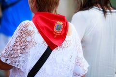 AMPUERO, SPANIEN - 10. SEPTEMBER: Nicht identifizierte Frau mit rotem Schal von Tafalla vor dem Stierlauf auf der Straße während  Lizenzfreies Stockfoto