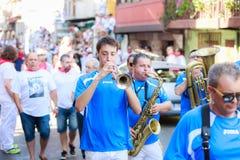 AMPUERO, SPANIEN - 10. SEPTEMBER: Nicht identifizierte Gruppe Musiker mit einem Saxophon vor dem Stierlauf auf der Straße während Stockfotografie