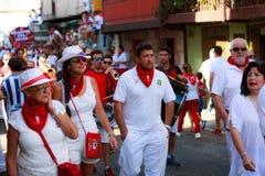 AMPUERO, SPANIEN - 10. SEPTEMBER: Nicht identifizierte Gruppe von Personen vor dem Stierlauf auf der Straße während des Festivals Lizenzfreies Stockbild