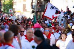 AMPUERO, SPANIEN - 10. SEPTEMBER: Nicht identifizierte Gruppe von Personen vor dem Stierlauf auf der Straße während des Festivals Lizenzfreie Stockbilder