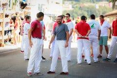 AMPUERO, SPANIEN - 10. SEPTEMBER: Nicht identifizierte Gruppe von Personen vor dem Stierlauf auf der Straße während des Festivals Lizenzfreie Stockfotografie