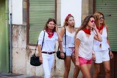 AMPUERO, SPANIEN - 10. SEPTEMBER: Nicht identifizierte Gruppenfrauen kurz vor dem Stierlauf auf der Straße während des Festivals  Lizenzfreie Stockbilder