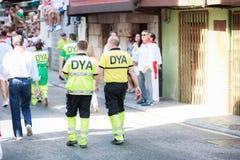 AMPUERO, SPANIEN - 10. SEPTEMBER: Nicht identifiziertes Ärzteteam vor dem Stierlauf auf der Straße während des Festivals in Ampue Lizenzfreie Stockfotos